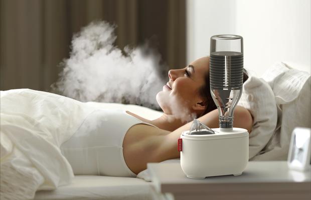 1347-U100_ultrasonic travel humidifier_BONECO_Image_women_relaxing_in_bed_without_light
